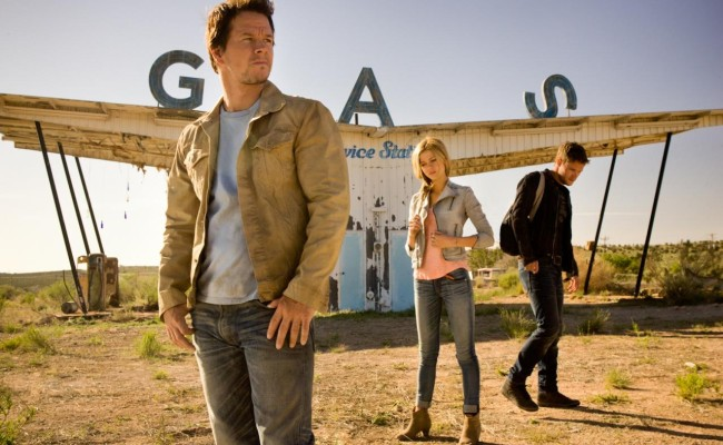 MARK WAHLBERG And His Giant Alien Sword Gun In AGE OF EXTINCTION