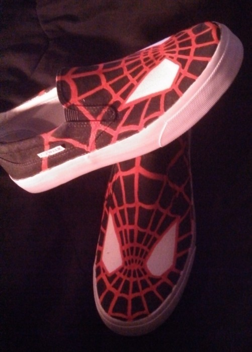 spiderman shoes 2 501x700 Spider Man DIY Shoes